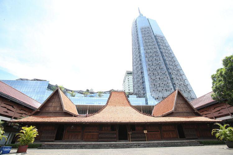 Bentara Budaya Jakarta dengan latar belakang gedung Menara Kompas, Palmerah, Jakarta, Kamis (28/3/2019).