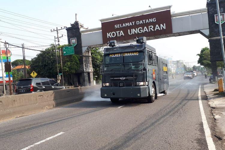 Mobil Rantis Polres Semarang melakukan penyemprotan disinfektan di area publik untuk menekan penyebaran Covid-19.