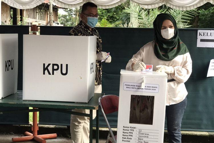 Calon wakil wali kota Depok nomor urut 1, Afifah Aliah usai mengeluarkan hak suaranya di TPS 121 Perumahan Pesona Khayangan II, Depok, Jawa Barat, Rabu (9/12/2020).