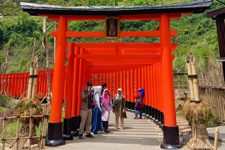 Tampak depan miniatur Gerbang Torii yang berada di area Jepang, Great Asia Afrika, Bandung, Jumat (17/1/2020).
