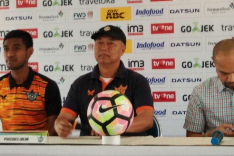 Pelatih Persegres Gresik, Hanafi bersama pemain Andre Putra saat menjalani sesi jumpa pers jelang laga kontra Persib Bandung di Graha Persib, Jalan Sulanjana, Sabtu (19/8/2017)
