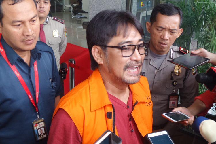 Choel Mallarangeng mengenakan rompi tahanan di Gedung KPK Jakarta, Jumat (24/2/2017).