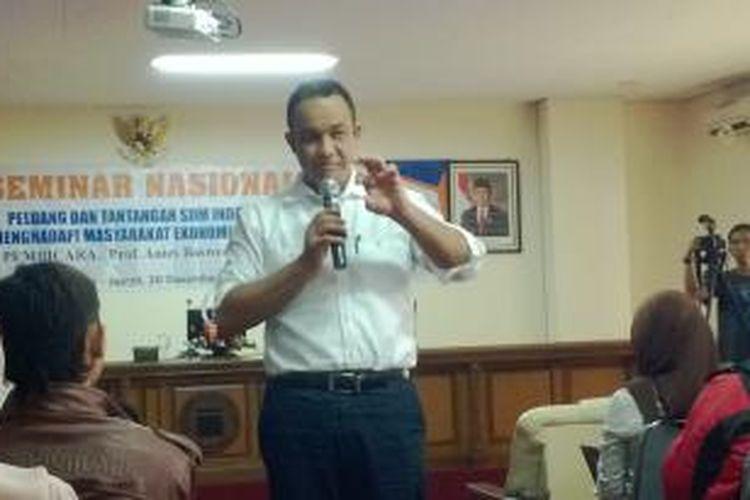 Anis Baswedan saat berbicara dalam sebuah seminar di Kampus Unisba, Bandung, Jawa Barat, Jumat (20/12/2013).