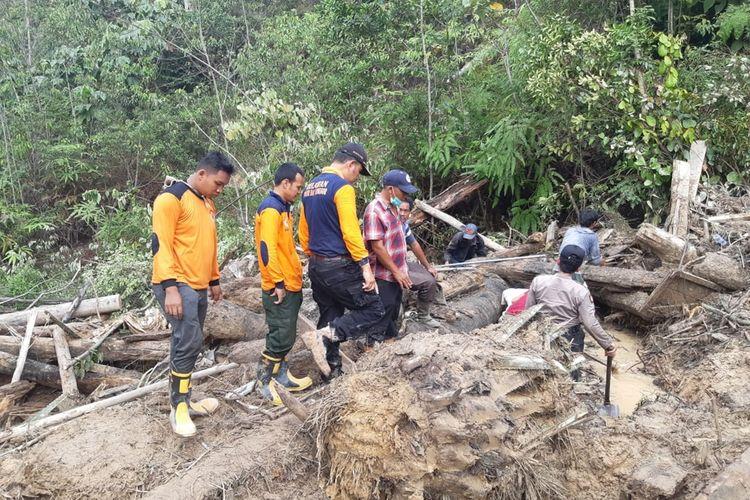 Petugas gabungan berupaya menggali material longsor untuk menemukan korban ayah dan anak yang tertimbun tanah longsor di areal perbukitan di Desa Rokan Koto Ruang, Kecamatan Rokan IV Koto, Kabupaten Rohul, Riau, Jumat (6/12/2019).