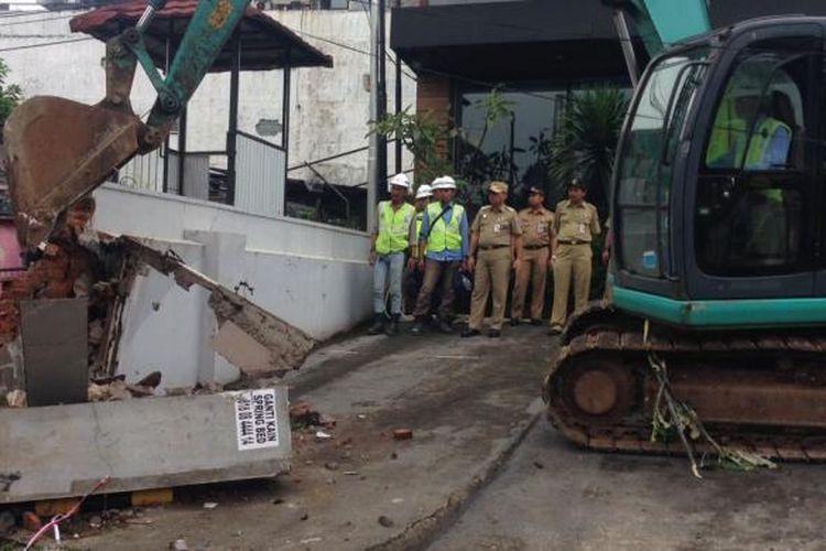 Proses penertiban bangunan yang terkena dampak proyek pembangunan Mass Rapid Transit (MRT) di Jakarta Selatan pada Selasa (28/2/2017).