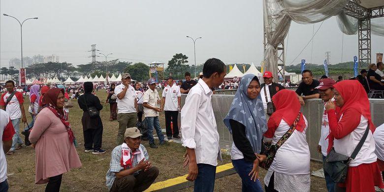 Sejumlah warga berebut untuk berfoto bersama Jokowi di acara Visi Indonesia di Sentul, Bogor, Minggu (14/7/2019)