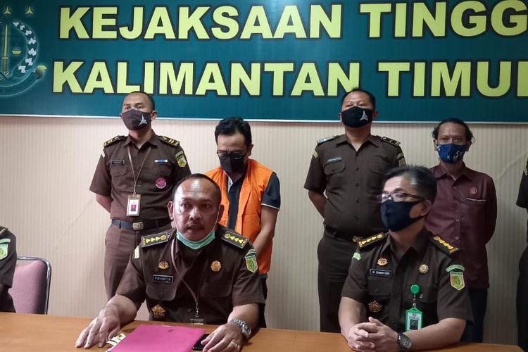 Asisten Tindak Pidana Khusus Kejati Kaltim, Prihatin SH (tengah) didampingi penyidik saat memberi keterangan pers di Kantor Kejati Kaltim, Jalan Bung Tomo, Samarinda, Selasa (3/11/2020).