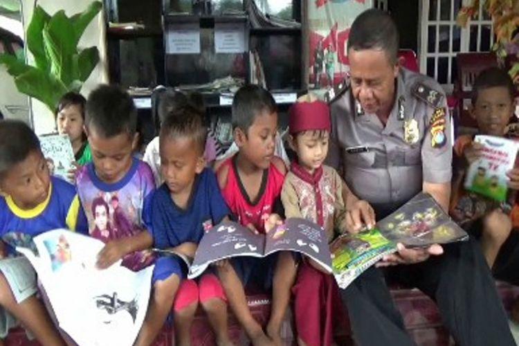 Karena prihatin dengan pergaulan anak dan remaja yang terjerat narkoba dan obat-obat terlarang lainnya menginspirasi Aiptu Suddin, petugas Polres Polewali Mandar mendirikan taman baca untuk anak-anak dan remaja di lingkunganya.
