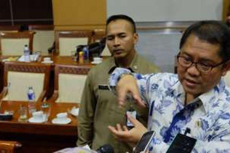Menkominfo Rudiantara (batik) saat ditemui usai sidang Rapat Dengar Pendapat dengan Komisi 1 DPR, Kamis (29/1/2016)