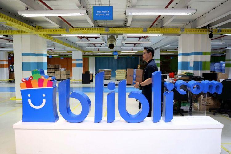 Aktivitas pekerja di gudang (warehouse) Blibli.com di Cawang, Jakarta Timur, Sabtu (8/7/2017). Blibli.com mengadakan aktifitas CEO on Delivery, dimana Chief Blibli.com dan seluruh Head Management akan mengantarkan barang pesanan langsung ke konsumen.