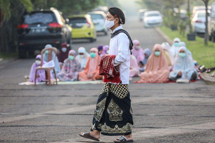 Umat Muslim saat melaksanakan ibadah salat Id di salah satu kompleks perumahan di Kecamatan Tarumajaya, Kabupaten Bekasi, Jawa Barat, Minggu (24/5/2020). Meski di tengah pandemi COVID-19 umat muslim tetap melaksanakan shalat Idul Fitri 1 Syawal 1441 Hijriah.