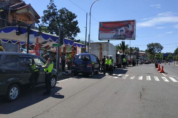 Anggota Polres Salatiga memeriksa kendaraan dari luar kota.