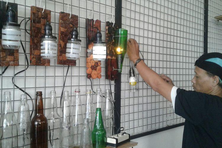 Lampu hias dari bahan limbah kayu bekas ditempel di dinding rumah Winarto (42) di Sumber, Banjarsari, Solo, Jawa Tengah, Rabu (7/2/2018).