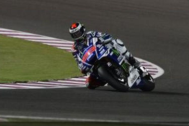 Pebalap Movistar Yamaha asal Spanyol, Jorge Lorenzo, memacu motornya pada sesi kualfikasi GP Qatar di Sirkuit Losail, Sabtu (22/3/2014).