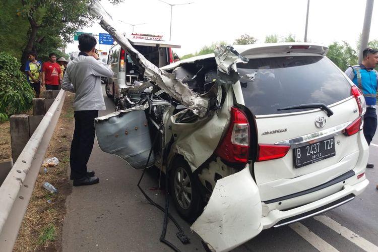 Mobil minbus yang ditabrak oleh truk di tol Joglo arah Pondok Indah pada Sabtu (30/11/2019)