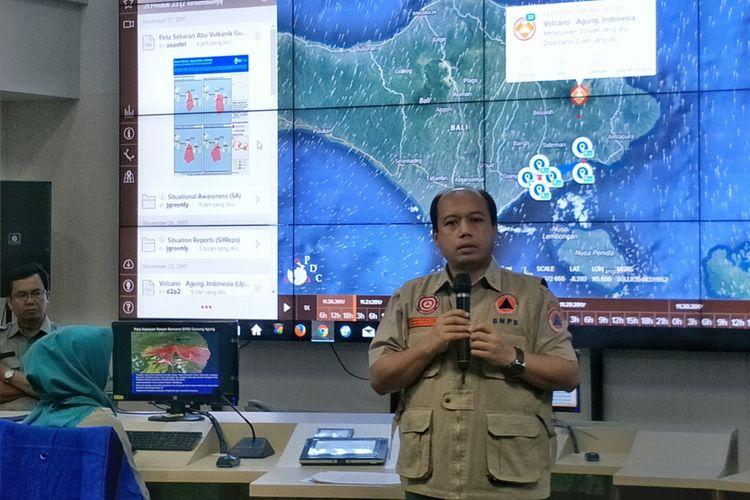 Kepala Pusat Data Informasi dan Humas Badan Nasional Penanggulangan Bencana (BNPB) Sutopo Purwo Nugroho saat memberikan keterangan di ruang Pusdalops, Graha BNPB, Jakarta Timur, Senin (27/11/2017).