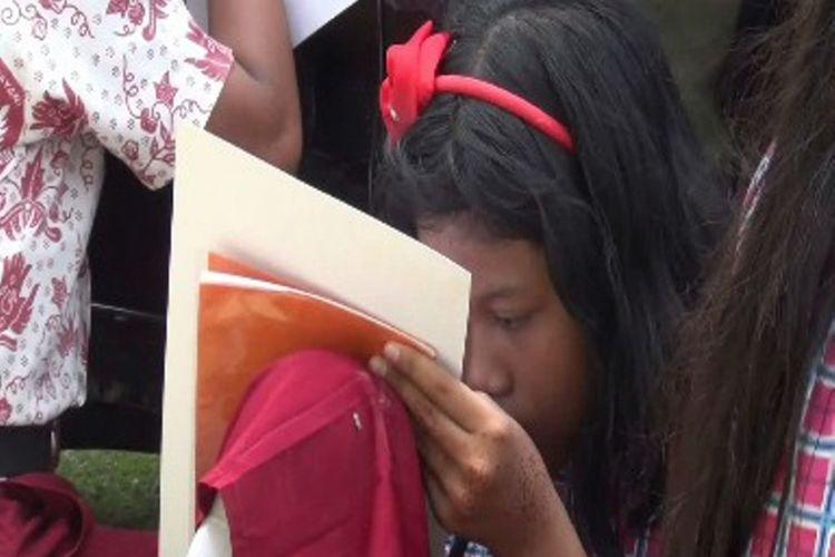 Tidak kurang dari 1.000 anak menulis surat untuk Presiden Jokowi di Polewali Mandar, Sulawesi Barat. Dalam suratnya mereka meminta sepeda, kambing, beasiswa hingga mendoakan Jokowi.
