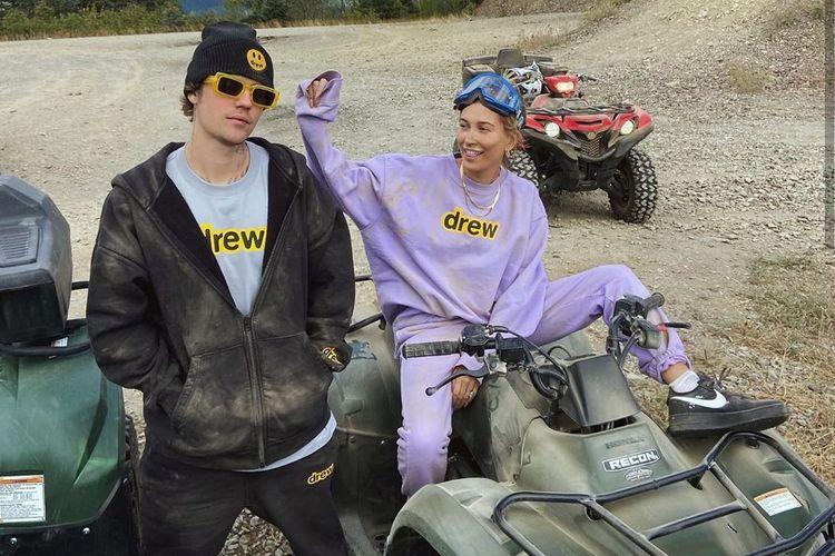 Hailey Bieber terlihat mengenakan sepatu Nike X Off-White langka untuk main ATV bersama Justin Bieber.