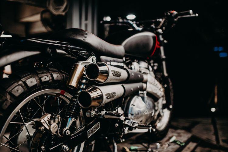Motor custom Royal Enfield Interceptor 650 bergaya scrambler garapan Smoked Garage~