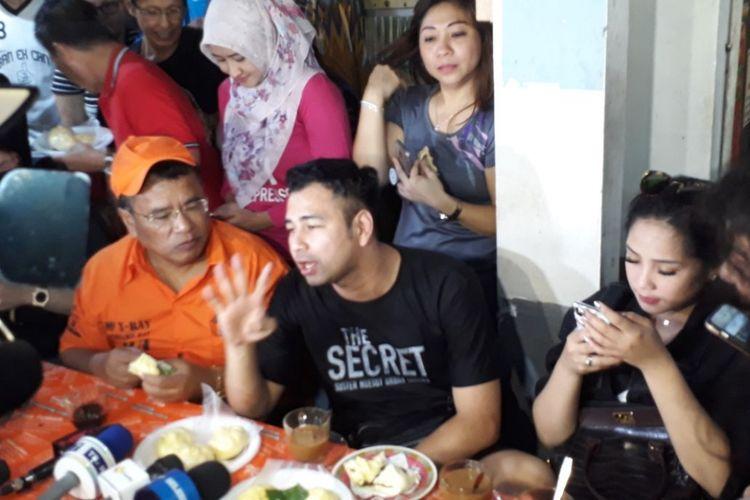 Hotman Paris bersama Raffi Ahmad dan keluarga saling berbincang di kedai Kopi Johny Kelapa Gading, Jakarta Utara, Sabtu (10/2/2018).