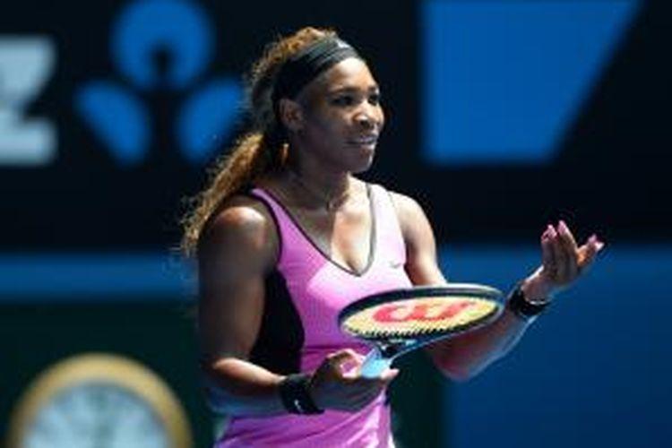 Petenis Amerika Serikat, Serena Williams bereaksi setelah kehilangan poin saat menghadapi petenis Serbia, Ana Ivanovic pada babak keempat Australian Open di Rod Laver Arena, Melbourne Park, Minggu (19/01/2014).