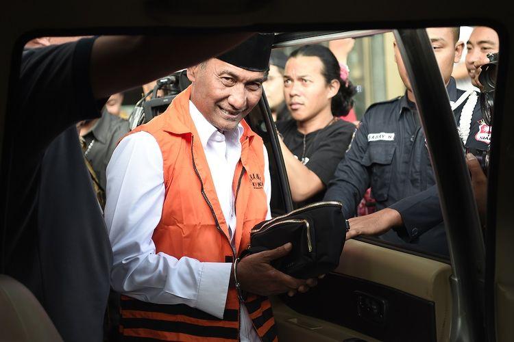 Tersangka terkait dugaan kasus suap pengisian jabatan perangkat daerah Pemerintah Kabupaten Kudus tahun 2019,  Bupati Kudus 2018-2023 Muhammad Tamzil (kiri) memasuki mobil yang akan membawa ke penjara usai menjalani pemeriksaan di Gedung KPK, Jakarta, Sabtu (27/7/2019). Pasca terjaring Operasi Tangkap Tangan (OTT) dengan barang bukti senilai Rp170 juta, Muhammad Tamzil akan ditahan bersama Plt Sekretaris Dinas Pendapatan Pengelolaan Keuangan dan Aset Daerah (DPPKAD) Kabupaten Kudus Akhmad Sofyan dan Staf Khusus Bupati Kudus Agus Soeranto. ANTARA FOTO/M Risyal Hidayat/hp.