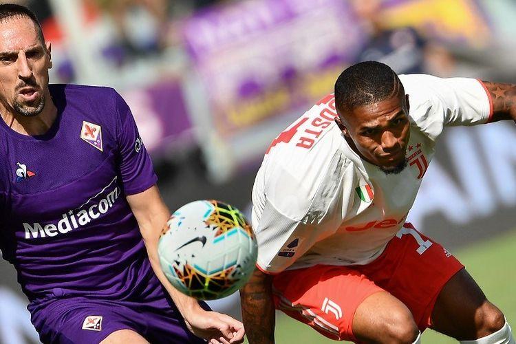 Penyerang Prancis Fiorentina Franck Ribery (kiri) dan penyerang Juventus dari Brasil Douglas Costa mengejar bola selama pertandingan sepak bola Serie A Italia Fiorentina vs Juventus pada 14 September 2019 di stadion Artemio-Franchi di F