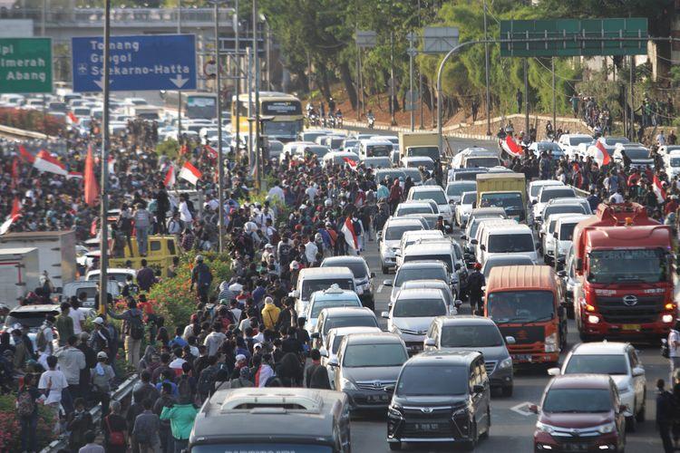 Ribuan mahasiswa dan buruh memasuki Jalan Tol di depan Komplek Parlemen, Jakarta, Senin (30/9/2019). Aksi mahasiswa dan buruh tersebut untuk mendesak DPR membatalkan revisi UU KUHP dan UU KPK.  ANTARA FOTO/Reno Esnir/ama.