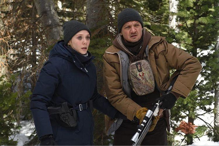 Elizabeth Olsen dan Jeremy Renner dalam film misteri Wind River (2017).