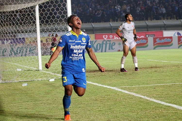 Pemain Persib, Febri Hariyadi, merayakan golnya ke gawang Kalteng Putra FC, di Stadion Si Jalak Harupat, Kabupaten Bandung, Selasa (16/7/2019).
