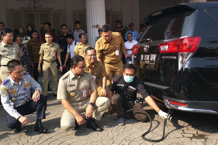 Gubernur DKI Jakarta Anies Baswedan melihat pelaksanaan uji emisi dan meluncurkan aplikasi e-Uji Emisi di Balai Kota DKI Jakarta, Jalan Medan Merdeka Selatan, Selasa (13/8/2019).