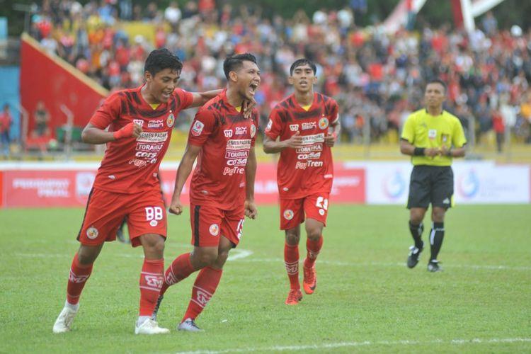 Pemain Semen Padang melakukan selebrasi seusai menjebol gawang Mojokerto Putra.
