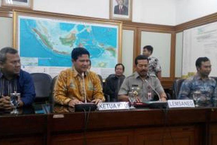 Komisioner KPU Arif Budiman (kiri), Ketua KPU Husni Kamil Manik (kedua dari kiri), Kepala Lemsaneg Mayjen Djoko Setiadi (kedua dari kanan) dan Komisioner KPU Sigit Pamungkas pada pengumuman pembatalan kerja sama KPU dan Lemsaneg terkait pengamanan data Pemilu 2014 di Gedung KPU, Jakarta, Kamis (28/11/2013).