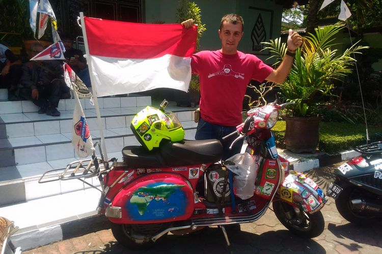 Fabio Salini (30), pria asal Itali yang mengendarai vespa mengelilingi dunia, mengikuti event Asia Vespa Day di Balai Kota Yogyakarta, Jalan Kenari, Kota Yogyakarta, Sabtu (16/9/2017).