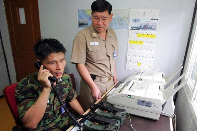 Foto yang diambil pada 10 Agustus 2005 memperlihatkan perwira Korea Selatan, Letnan Choi Don Rim mencoba telepon di zona demiliterisasi untuk menghubungi perwira Korea Utara. Korea Utara mengumumkan bakal memulihkan saluran komunikasi sebagai langkah awal normalisasi hubungan dengan Seoul.