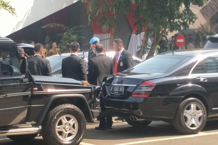 Mobil Mercedez Benz warna hitam yang digunakan oleh Wakil Presiden Jusuf Kalla tidak lagi menggunakan plat nomor resmi kenegaraan. Minggu (20/10/2019).
