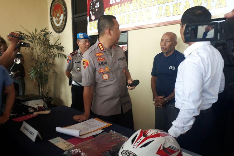 IDK (73), pelaku pemerasan bermodus derek liar di Jalan Mayjen Sutoyo, Cawang, Jakarta Timur, saat diamankan di Mapolres Metro Jakarta Timur, Selasa (21/1/2020).