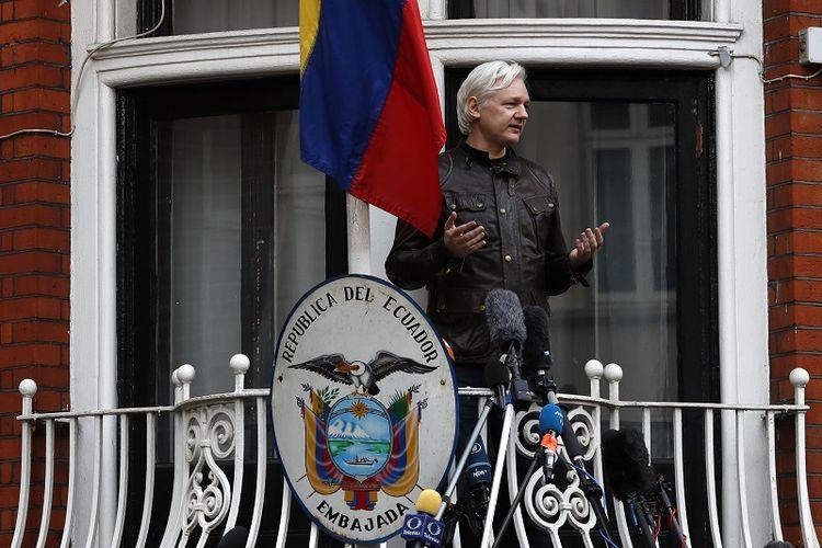 Dalam foto yang diambil pada 19 Mei 2017 ini terlihat pendiri Wikileaks Julian Assange berbicara kepada jurnalis di balkon Kedubes Ekuador di London.