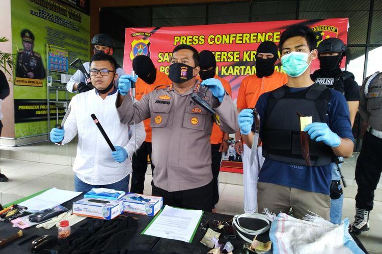 Kapolres Kutai Kertanegara, AKBP Andrias Susanto Nugroho (tengah) saat memberi keterangan pers di Mapolresta Kutai Kertanegara, Kaltim, Jumat (31/7/2020).