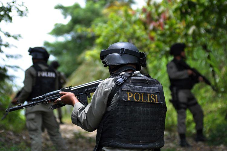 Sejumlah personil Brimob  berpatroli rutin di Dusun Gantinadi, Desa Tangkura, Poso Pesisir, Poso Selatan, Sulawesi Tengah, Sabtu (14/3). Selain melakukan partroli, personil Brimob juga  melakukan pengawalan bagi sejumlah warga yang beraktivitas kebun karena merasa terancam, menyusul  tewasnya tiga warga setempat akibat diserang kelompok sipil bersenjata yang selama ini beraksi di Poso dan sekitarnya. ANTARA FOTO/Zainuddin MN/ss/nz/15