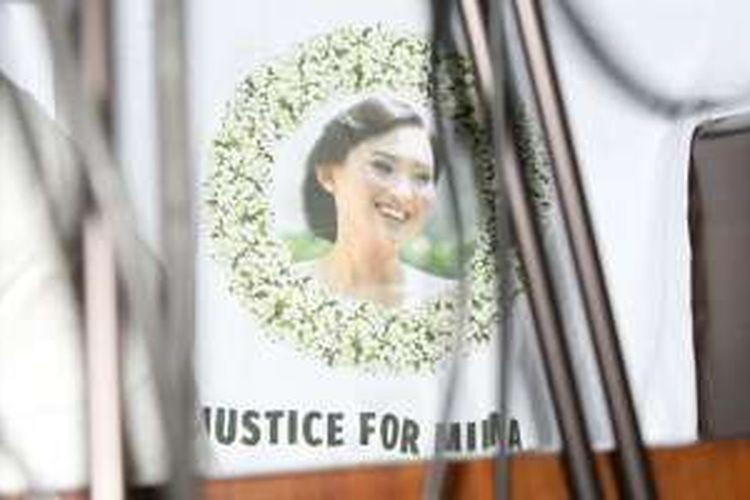 Kerabat dari Wayan Mirna Salihin, korban pembunuhan dengan terdakwa Jessica Kumala Wongso, mengenakan kaus bertuliskan 'Justice for Mirna' saat menghadiri sidang Jessica dengan agenda putusan di Pengadilan Negeri Jakarta Pusat, Kamis (27/10/2016). Mirna meninggal setelah meminum es kopi vietnam yang dipesan Jessica di Kafe Olivier pada 6 Januari 2016.