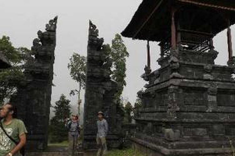 Tim Ekspedisi Cincin Api Kompas singgah ke Pura Pengubengan di jalur pendakian Gunung Agung dari Pura Besakih di Kecamatan Rendang, Karangasem, Bali, Rabu (5/10/2011). Pura ini memiliki keterkaitan dengan Pura Besakih yang juga berorientasi ke Gunung Agung.