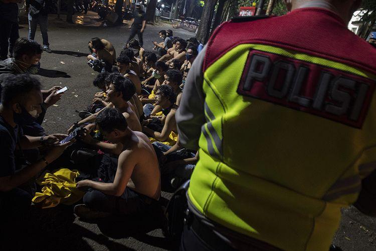 Petugas kepolisian mengidentifikasi demonstran saat unjuk rasa di Bandung, Jawa Barat, Rabu (7/10/2020). Unjuk rasa menolak UU Cipta Kerja tersebut berakhir ricuh.