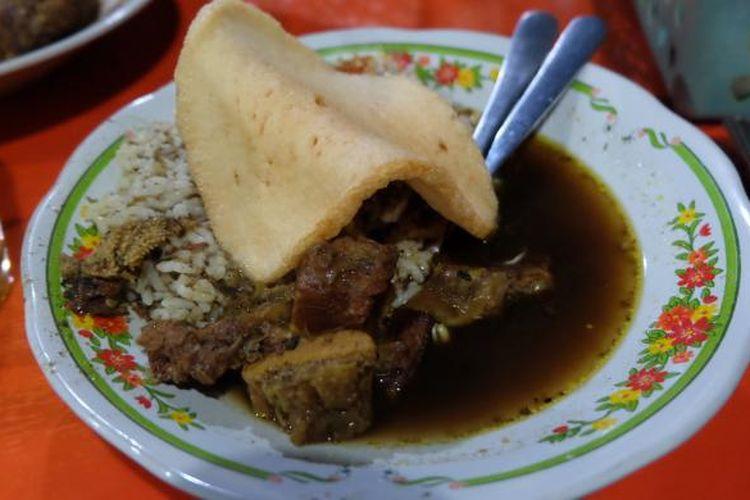 Rawon, hidangan utama dari menu yang ada di Rawon Kalkulator, Surabaya.