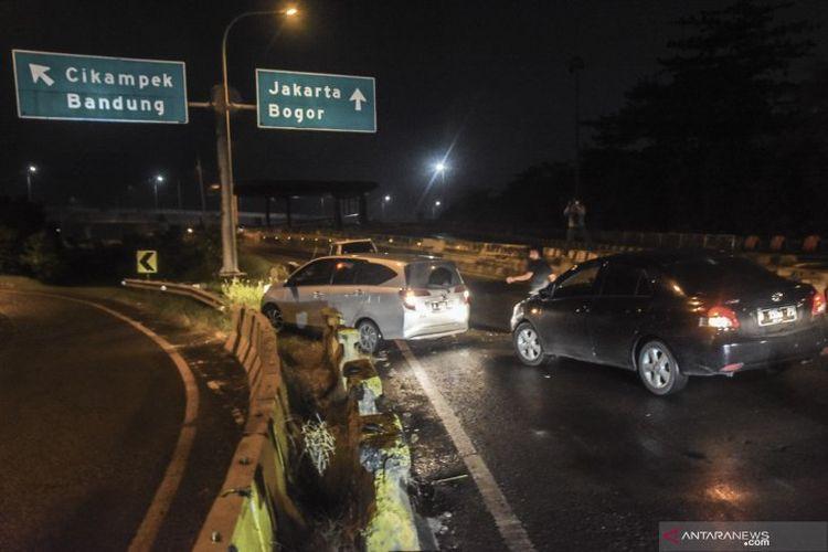 Sejumlah kendaraan menerobos pembatas jalan Tol Jakarta-Cikampek di Cikarang, Kabupaten Bekasi, Jawa Barat, Kamis (6/5/2021) dini hari. Cara tersebut diduga untuk menghindari petugas gabungan yang melakukan penyekatan arus mudik di Tol Cikarang Barat.