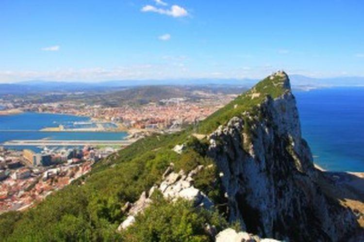 Kota Gibraltar dilihat dari puncak bukit karangnya yang terkenal. Inggris menguasai Gibraltar sejak abad ke-17, namun Spanyol terus menginginkannya kembali dan tidak mengakui kedaulatan Inggris atas wilayah kecil namun strategis tersebut.