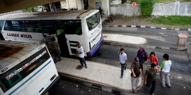 Penumpang bersiap pergi menggunakan bus dari Terminal Giwangan, Yogyakarta, Kamis (27/6/2013). Berdasarkan inspeksi yang dilakukan Dinas Perhubungan Kota Yogyakarta, kenaikan tarif angkutan pascakenaikan harga bahan bakar minyak di terminal tersebut masih dalam taraf wajar, yakni berkisar 15 persen.