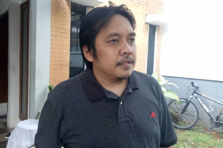 W Ichwandiardono, anak kedua dari kedua dari mendiang Dwi Koen saat berada dirumah duka di jalan Cucur Barat V,Bintaro, Tangerang Selatan, Kamis (22/8/2019)