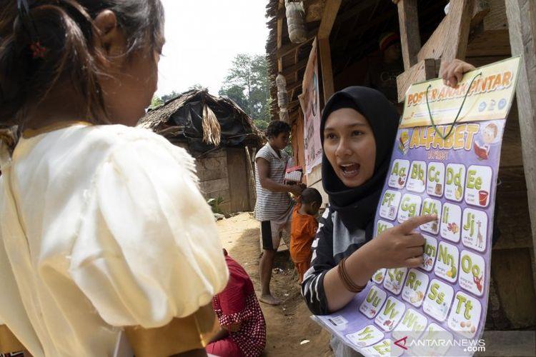 Dua anak suku terasing Polahi belajar mengenal huruf dan warna di perbukitan Kecamatan Boliyohuto, Kabupaten Gorontalo, Gorontalo.