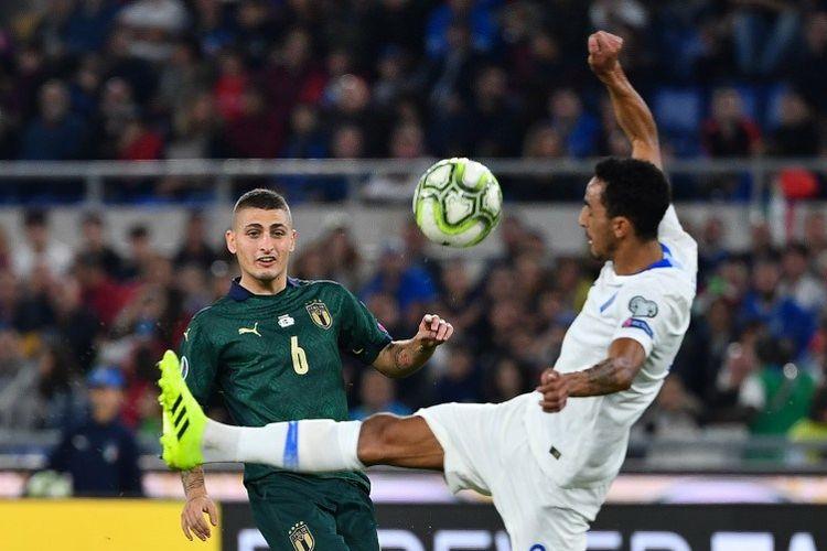 Carlos Zeca menahan laju tendangan Marco Verratti dalam laga Italia vs Norwegia pada lanjutan kualifikasi Euro 2020 di Stadion Olimpico, 12 Oktober 2019.
